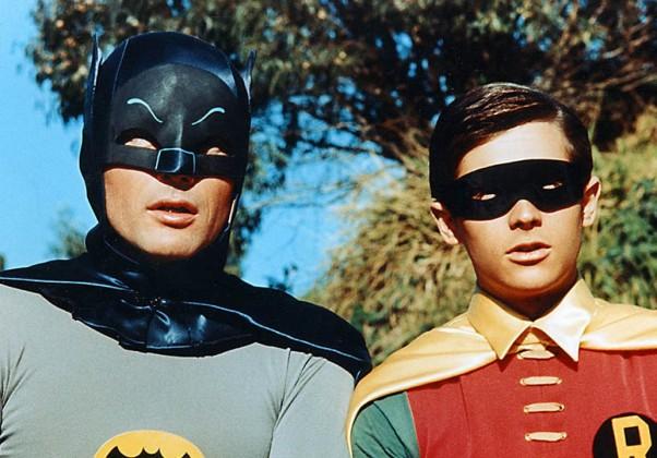 Batman: Adam West foi o primeiro Batman a aparecer nas telas. Diferente dos outros produtos, a série de 68 tinha um tom bastante humorístico.