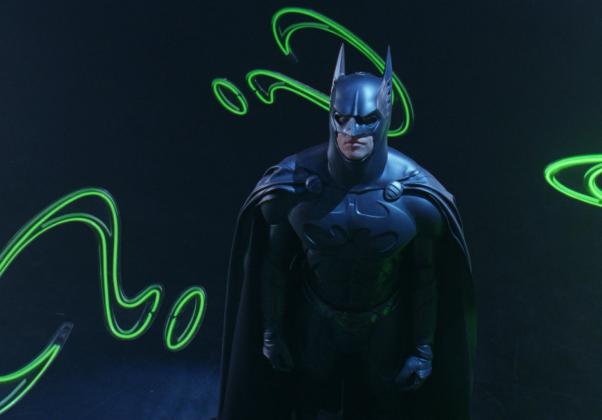 Batman Forever: Desta vez Tim Burton produziu o filme, que teve direção de Joel Schumacher. Returns tem uma essência bastante diferente dos anteriores, que apresentavam temas mais sombrios, com mais violência.