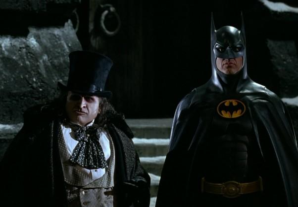 Batman Returns: O segundo dirigido por Burton. Returns marcou a primeira aparição da mulher-gato no cinema.