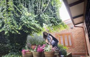 Vanessa cuida do jardim e da horta de casa todos os dias./ Crédito: Maria Eduarda Ely