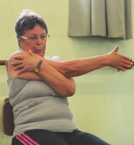 Alongamentos são feitos antes e depois da aula de dança.