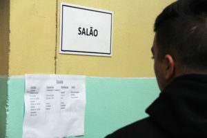 Divididos em equipes, os alunos procuram manter a organização da escola durante a ocupação. Foto: Matheus Colombo