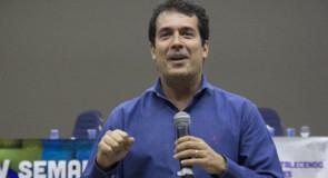 """Discutindo um """"futuro sustentável"""" com André Trigueiro"""